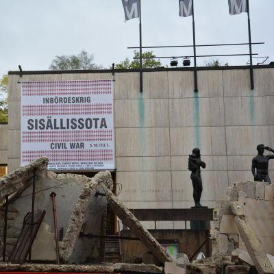 Bitar av ett bombaderat hus utanför Wäinö Aaltonens museum.