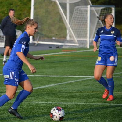 Fanny Forss med bollen, Katriina Ketonen i bakgrunden.