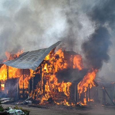 Brinnande ladugård i Sibbo