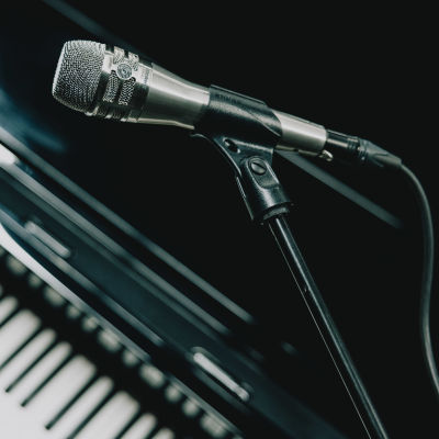 Mikrofoni ja piano.