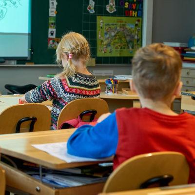 Skolbarn vid pulpeter