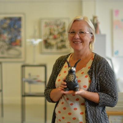 Paula Blåfield med en av sina kaniner.