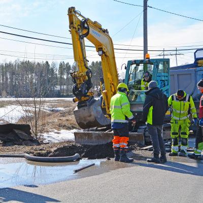 Män fixar läckande vattenrör i Borgå