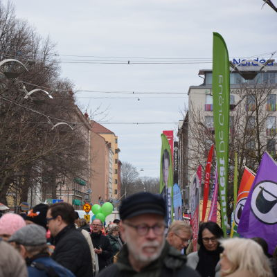 Valgata i Åbo inför riksdagsvalet 2019, ballonger från flera olika partier syns på bilden.