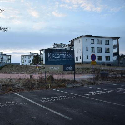 Vita flervåningshus och en skylt där det står Regatta Spa.
