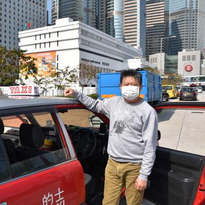 Taxichauffören Eddy Kwan gör tolv timmar långa arbetspass sex dagar i veckan. Varje gång han plockar upp en passagerare är han orolig.