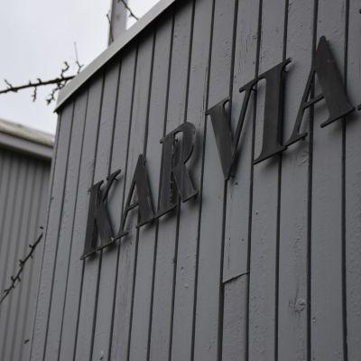 """Karvian kunnantalon kyltistä kuvattu sana """"Karvia""""."""