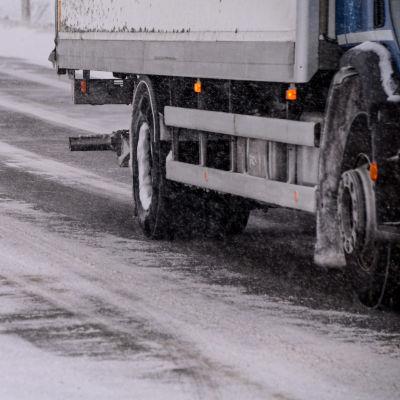 Lastbil kör på snöig väg
