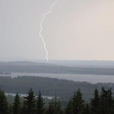 Nuasjärven yllä salamoi kesäkuussa 2021 Paula-myrskyn aikaan