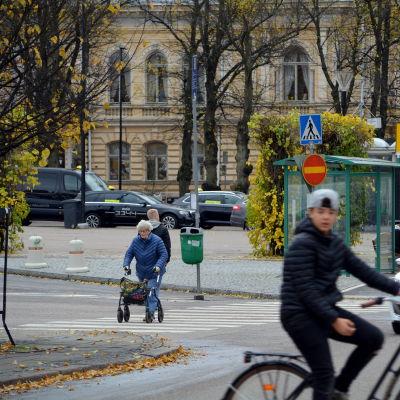 Mänskor i gatutrafik.