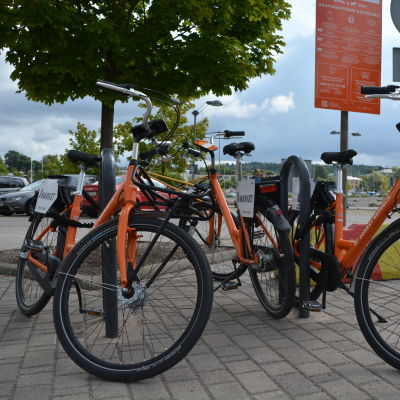 Orange stadscyklar står parkerade vid Konstfabriken i Borgå.