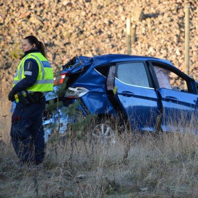 Personbil som demolerats i olycka.