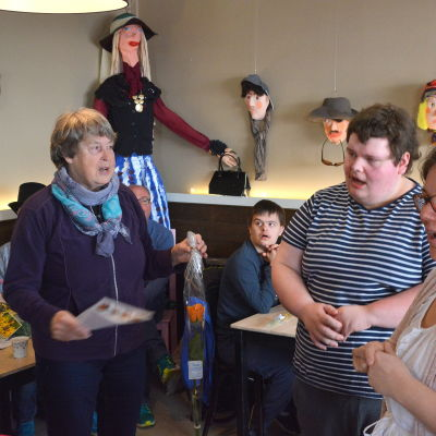 Välkomsthälsning till vernissage i café Rongo i Borgå.
