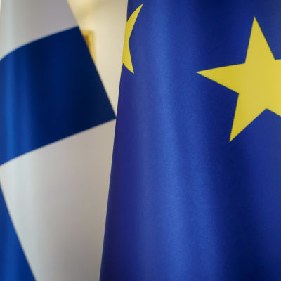 Suomen ja EU:n liput vierekkäin lähikuvassa.