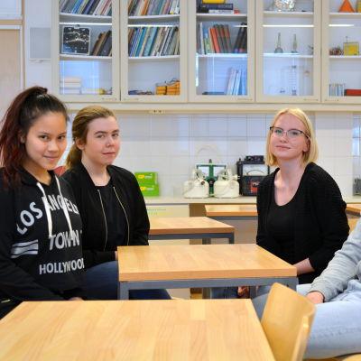 onja Huhtamäki, Unni Svenlin, Amanda Storrank och Aron Mäenpää på gruppbild i en skolklass.