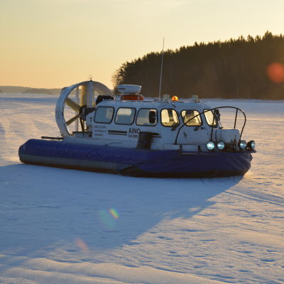 Svävaren Aino på isen utanför Dalsbruk