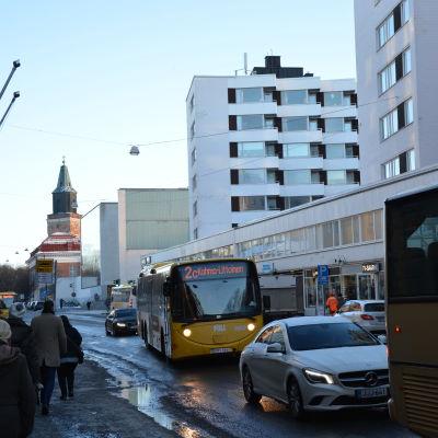 Flera bussar står i kö vid trafikljus på Slottsgatan i Åbo.