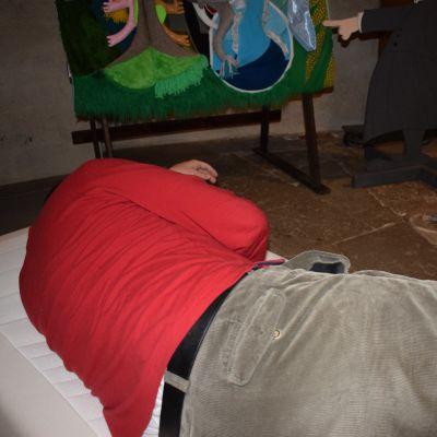 Mies nukkuu Turun tuomiokirkossa