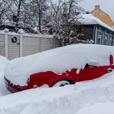 Insnöad bil i snöhög.