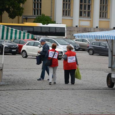 Två Röda Kors arbetare på Åbo salutorg.