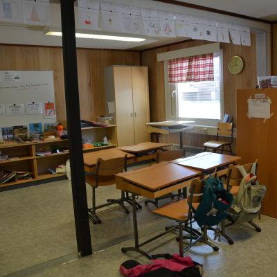 tomt klassrum i en av barackerna vid s:t karins svenska skola