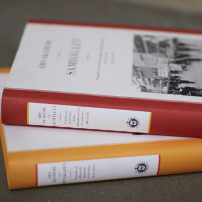 Åbo Akademis två 100-årsjubileums historikvolymer.