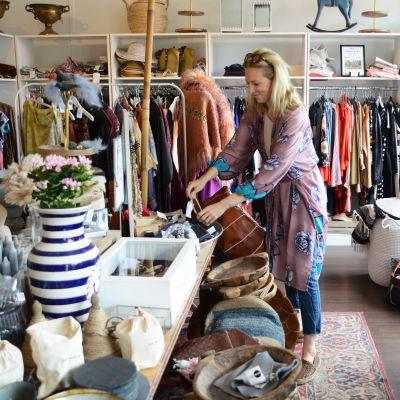 Kvinna ordnar smycken på en loppmarknad.