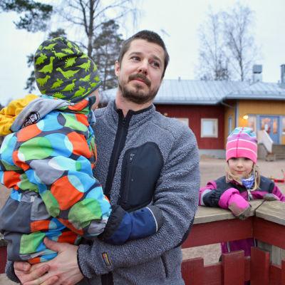 En man och två barn.
