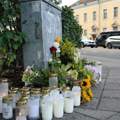 Kynttilöitä ja kukkia Turussa, Hämeenkadulla kuolonkolarin paikalla 5.8.2021.