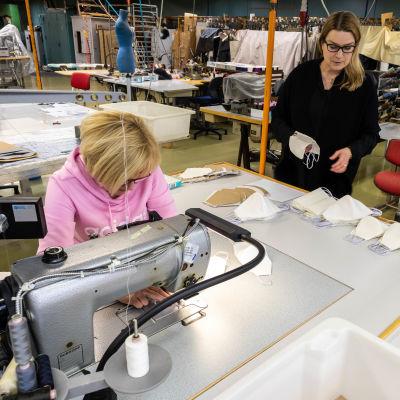 Susanne Stenfors i produktionshallen.