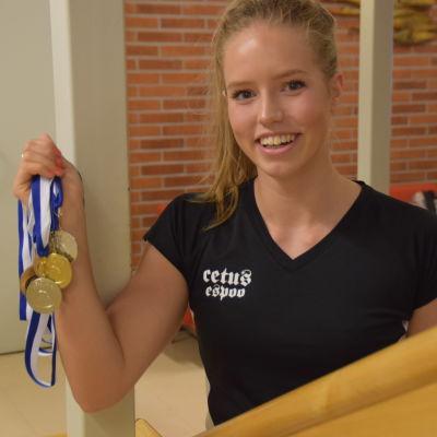 Ida Slöör visar upp sina medaljer.