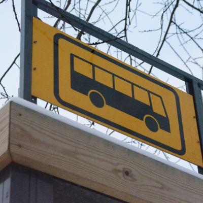 en busshållplats skylt