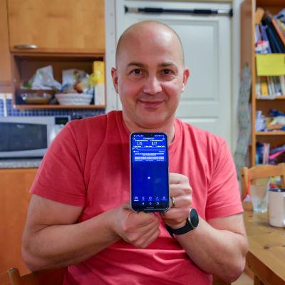 Dan Wickholm med en biltelefon i handen.