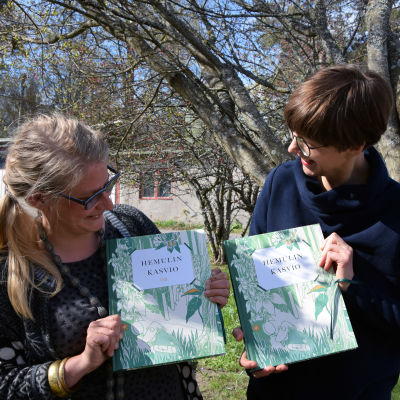 """Illustratören Anni Pöyhtäri och författaren Päivi Kataja med sin bok """"Hemulin Kasvio""""."""