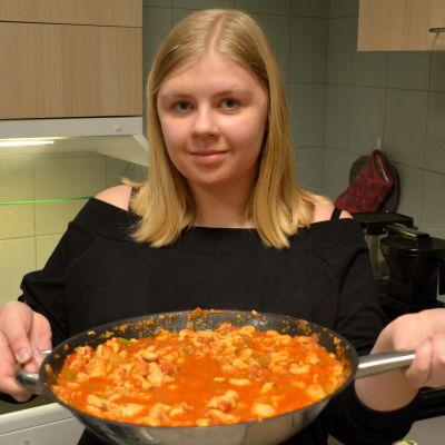 Lina Nickström med hönsgryta.