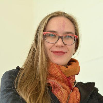 En kvinna med långt hår och glasögon