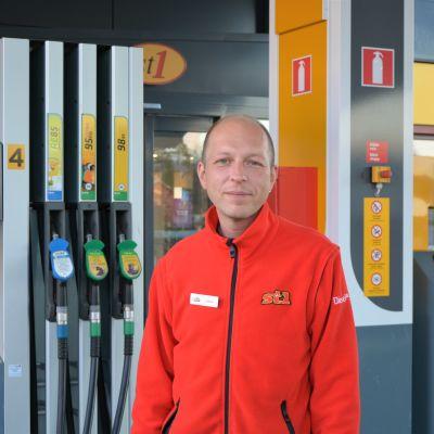 Man står framför en bensinstation där man brukar tanka bilar.