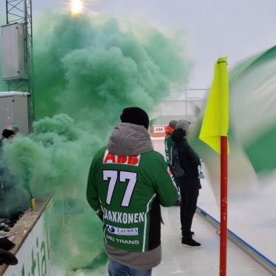Gröna rökpatroner ryker vid Akilles match i Borgå.
