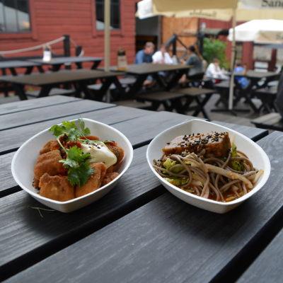 Två portioner mat vid en restaurang.