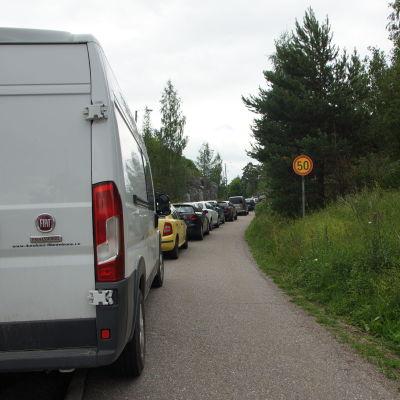 felparkerade bilar i rad