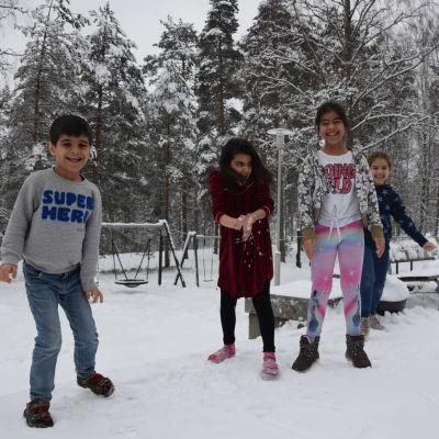 barn som leker i snön