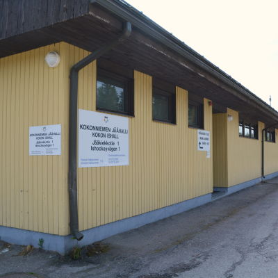 En gul byggnad, kokon ishall