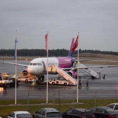 Ett av Wizzairs flygplan på Åbo flygplats.