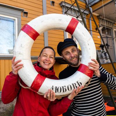 Kaisa och Christoffer Leka med en livboj.