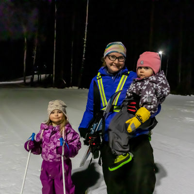 Barnfamilj i skidspåret.