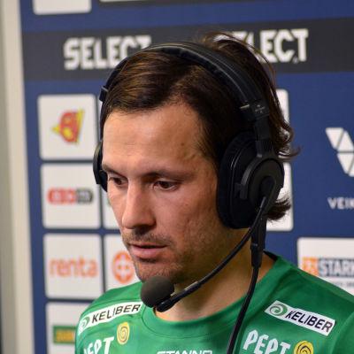 Sebastian Mannström ger en TV-intervju.