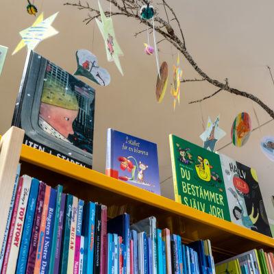 Barnböcker i bibliotek.