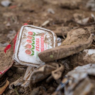 Kaatopaikkajätettä Sotungin entisellä kaatopaikalla.