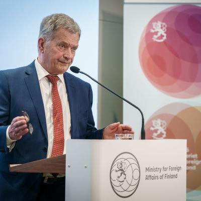 President Sauli Niinistö står framför en mikrofon och håller tal under Ambassadörsdagarna 2021.