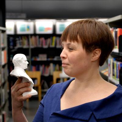 Karin Erlandsson med liten Runebergsbyst.